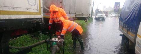 Киев залило дождем: коммунальщики откачивают воду с улиц мотопомпами
