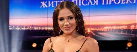 """Вот это да: победительница шоу """"Холостяк"""" в цветочном платье продемонстрировала растяжку"""
