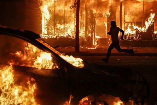 Масові протести, надзвичайний стан та потерпілі: США охопила лють через вбивство афроамериканця