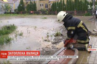 У Бучі затопило пів вулиці – жителі скаржаться на сусідній новий житловий комплекс