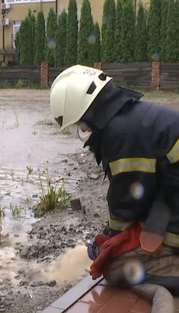 В Буче затопило пол улицы - жители жалуются на соседний новый жилой комплекс