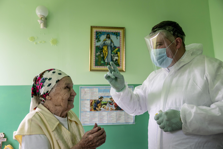 Захисні костюми зверху ряси: як в Україні священники повертаються до роботи