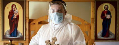 Защитные костюмы поверх рясы: как священники в Украине возвращаются к работе - фото