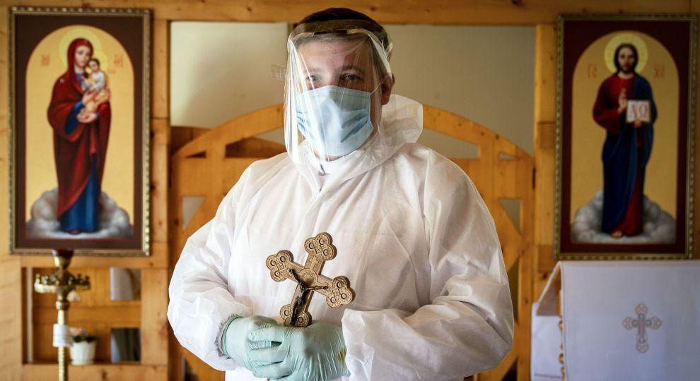 Захисні костюми зверху ряси: як священники в Україні повертаються до роботи - фото