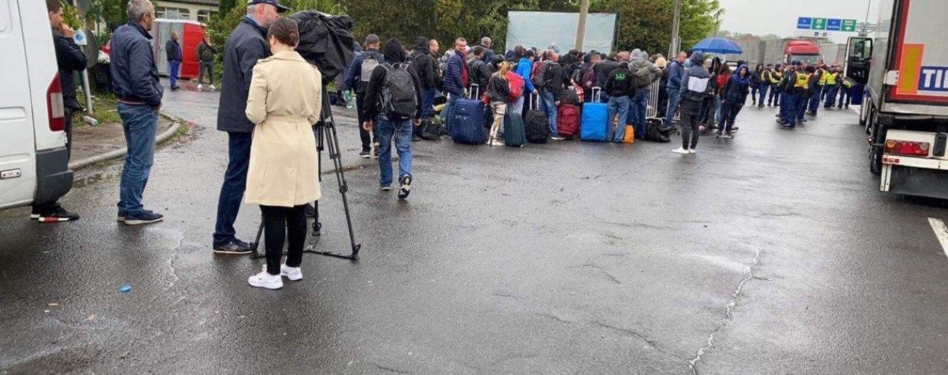 На границе с Венгрией — километровые очереди: украинцы говорят, что двое суток не могут попасть домой