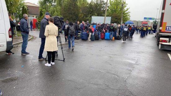 На кордоні з Угорщиною — кілометрові черги: українці кажуть, що дві доби не можуть потрапити додому