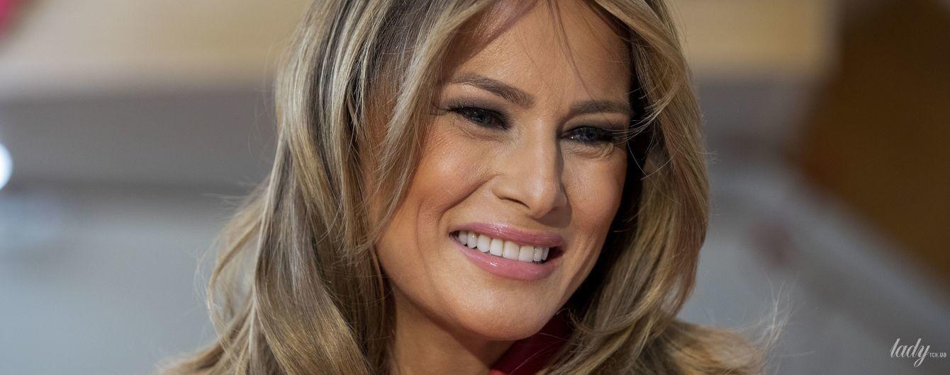 В полосатом платье-трапеции и на высоких шпильках: Мелания Трамп посетила национальный архив США