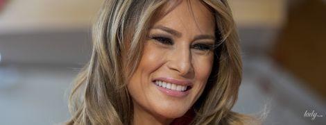 В красном жакете и на шпильках: Мелания Трамп в стильном луке выступила на брифинге