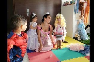 Принцеса та її свита: наречена Роналду показала, як бавиться з дітьми у казкових героїв