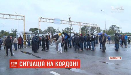 """На Закарпатті пункт пропуску """"Тиса"""" розблокували після протесту перевізників"""