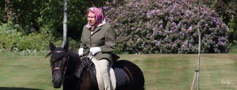 В брюках, пиджаке и с ярким платком: 94-летняя королева Елизавета II на конной прогулке