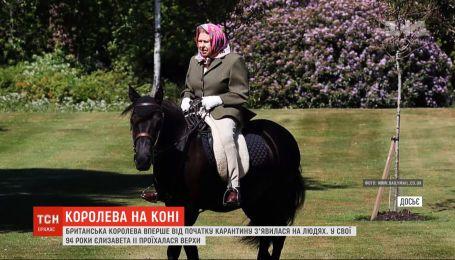 Снова на коне: королева Елизавета II в свои 94 проехалась верхом