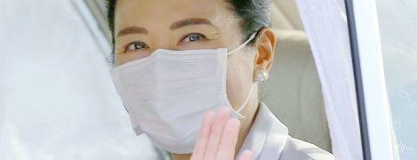 В маске и с жемчужными серьгами: японская императрица Масако приехала кормить шелкопрядов