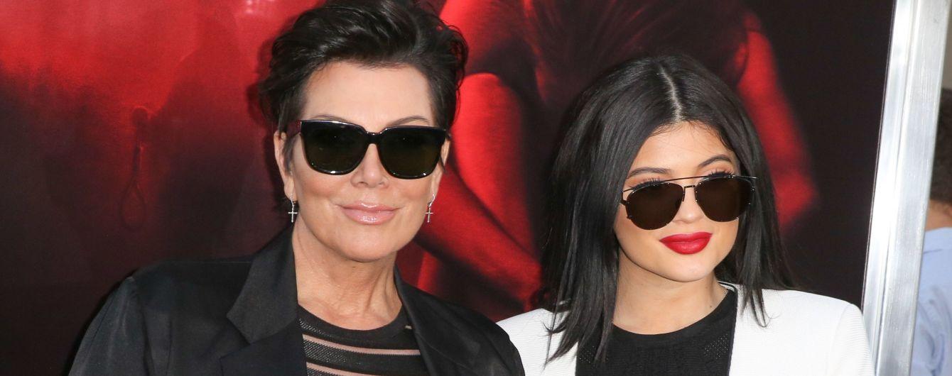 Кайли Дженнер не общается с мамой после скандала с подделкой статуса миллиардерши – СМИ