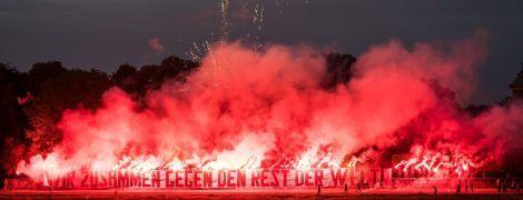 Феєрверки під готелем: футбольні ультрас фантастично привітали команду з поверненням