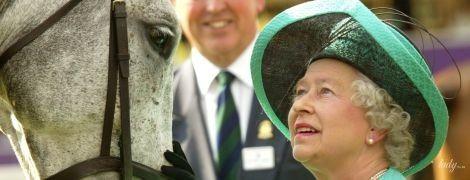 С детства ездит верхом: королева Елизавета II на конных прогулках