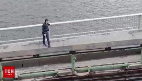 """""""Минер"""" моста в Киеве сняли с квадрокоптера"""
