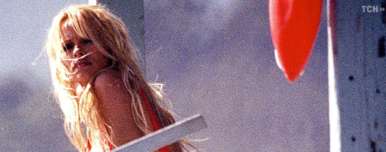Памела Андерсон зізналася, що досі носить свій легендарний червоний купальник
