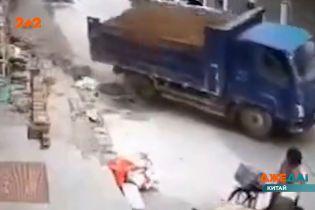 В Китае на узкой улице вышел из-под контроля большой грузовик