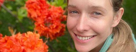 Біля квіткового куща: Катя Осадча без макіяжу поділилася першим літнім селфі
