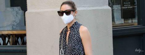 У сукні з принтом polka dot і яскравою сумкою: стильна Олівія Палермо на прогулянці