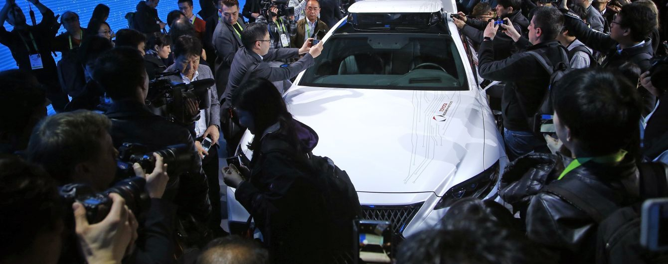 Lexus представил на тизере новый седан
