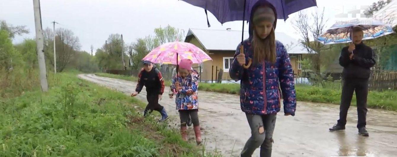 Творчість на бездоріжжі: у Львівській області діти посадили на дорозі картоплю