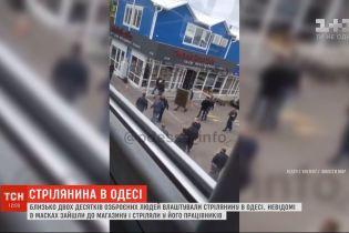 В Одессе по меньшей мере два десятка вооруженных людей устроили стрельбу
