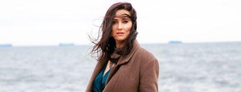 В пальто и изумрудном комбинезоне с пикантным декольте: Соломия Витвицкая позировала на причале