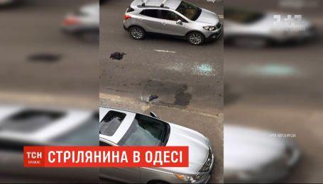 В Одесі троє невідомих розбили скло у припаркованій автівці та пограбували водія