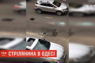 В Одессе трое неизвестных разбили стекло в припаркованной машине и ограбили водителя