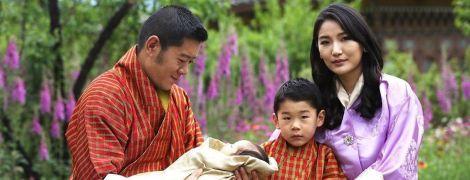 Какой милый: король и королева Бутана впервые показали новорожденного сына