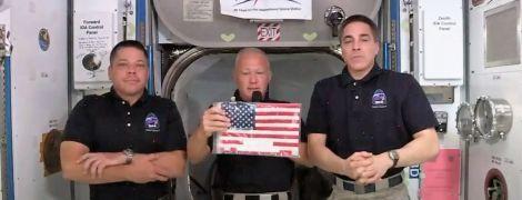 Экипаж Crew Dragon вернет на Землю флаг, который ждал его девять лет на МКС