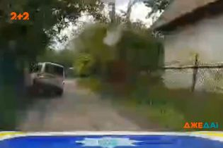 В Черниговской области водитель пытался скрыться от полицейских, но влетел в забор