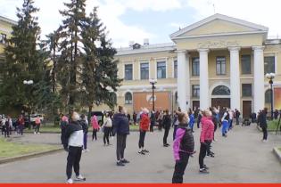 Олімпійські надії просто неба: через аварійну залу гімнастки зі школи Дерюгіної тренуються на вулиці