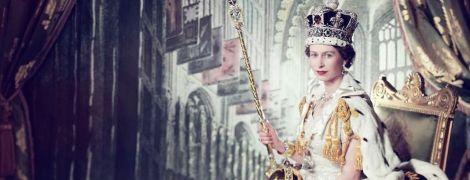 В роскошном платье и с короной: королевский дворец поделился архивным снимком 27-летней королевы Елизаветы II