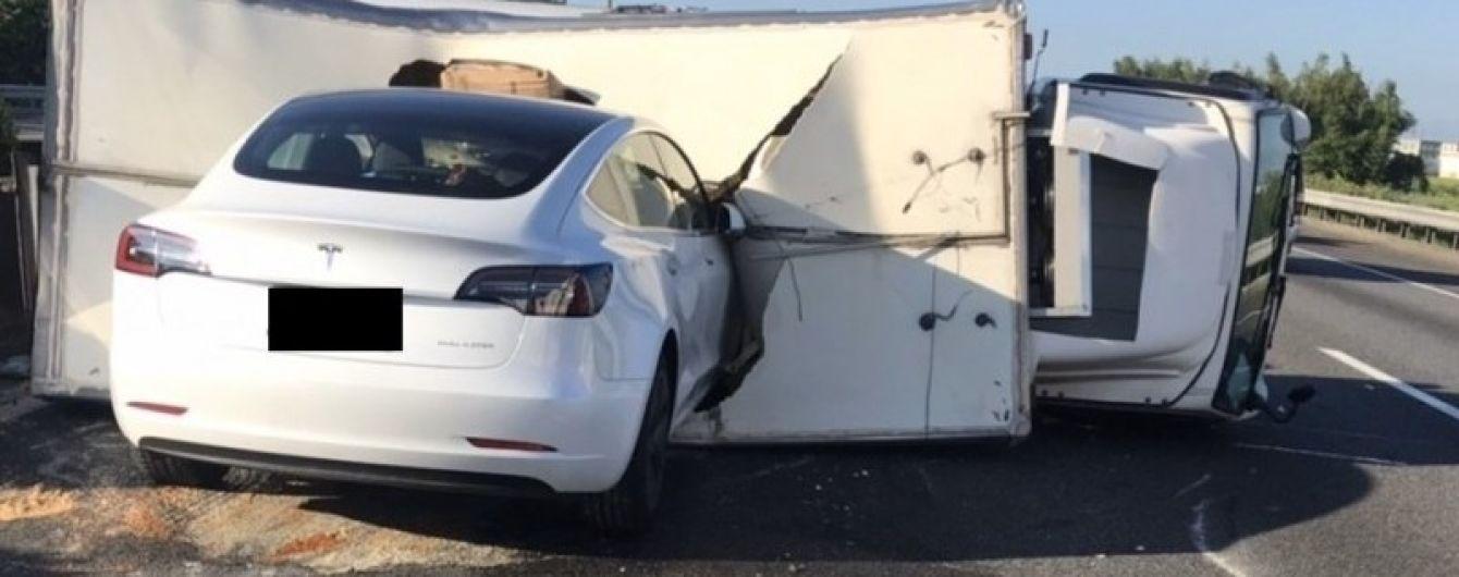 Tesla на автопилоте со скоростью 110 км/час протаранила перевернутый фургон: видео