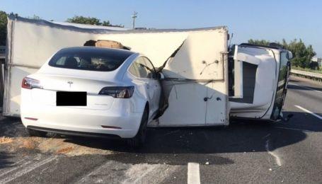 Tesla на автопілоті зі швидкістю 110 км/год протаранила перевернутий фургон: відео