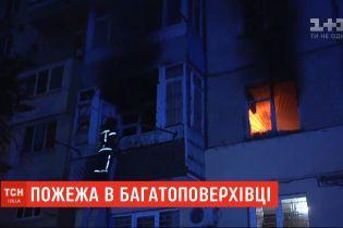 Нічна пожежа: в Одесі зайнялася квартира багатоповерхівки