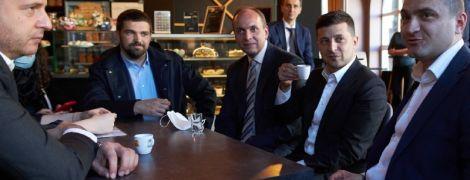 Зеленский после встреч в Хмельницком пошел в кафе с коллегами: фото