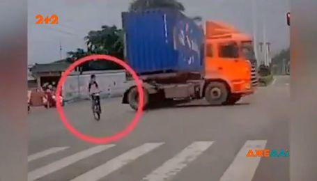 В Китае велосипедист решил пересечь шоссе и чуть не попал под колеса многотонника