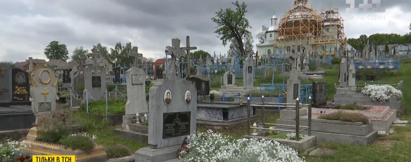 У Львівській області священник домігся, аби з кладовища зникли усі штучні квіти та вінки: як це вдалося