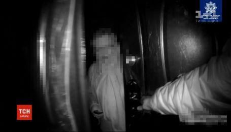 Звільнили з пастки: у Львові копи врятували літню жінку, яка випадково зачинилася у власній вбиральні