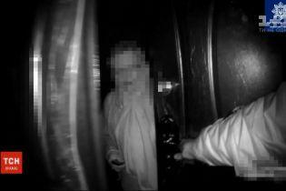 Освободили из ловушки: во Львове копы спасли пожилую женщину, которая случайно закрылась в своей уборной