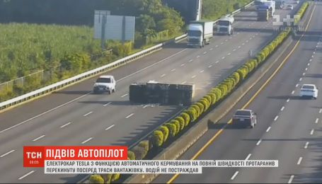 На Тайване электрокар Tesla на полной скорости протаранил перевернутый грузовик