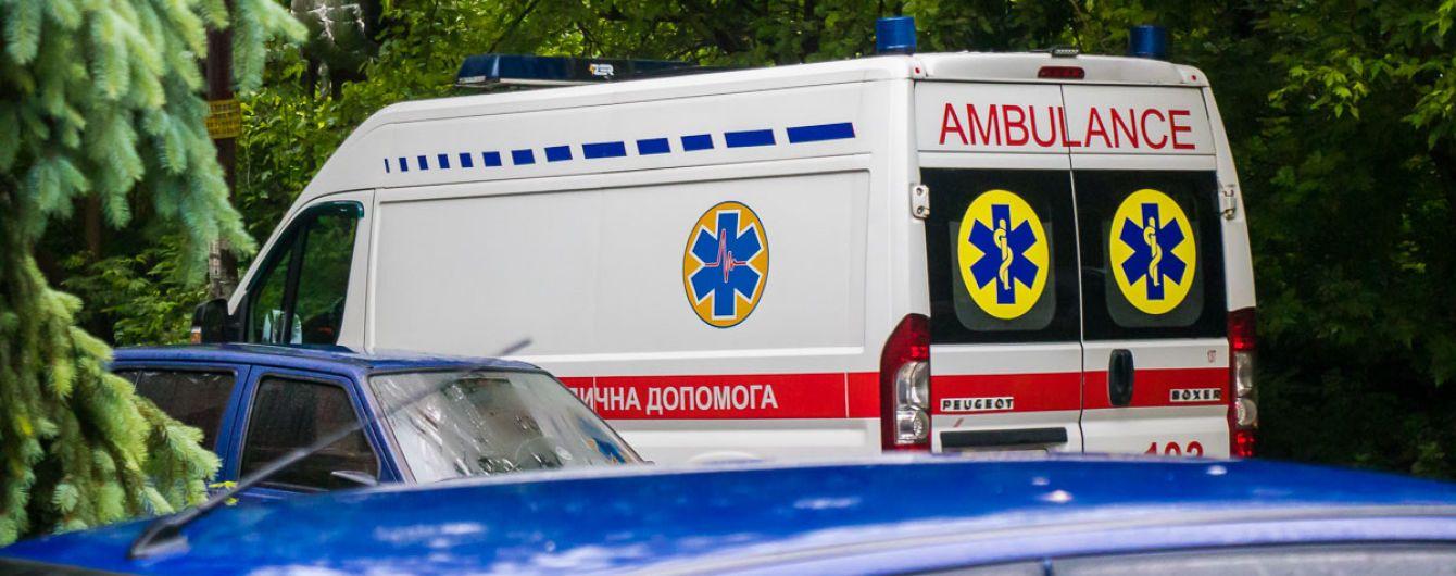 """Жбурляла недопалки і вдарила у живіт: в Тернопільській області жінка напала на фельдшера """"швидкої"""""""