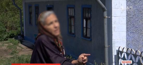 Посипала сіллю та брехала рідним: в Одеській області жінка 5 місяців жила з тілом матері заради пенсії