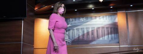Вся в розовом и на шпильках: 80-летняя Нэнси Пелоси дала пресс-конференцию