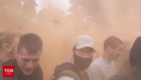 Митингующие под ВР, где должны рассмотреть отставку Авакова, устроили дымовую завесу