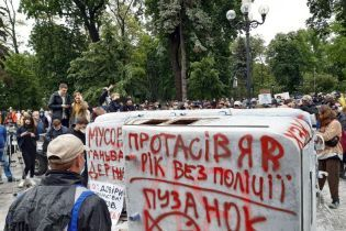 """Мітингувальники під ВР з фаєрами відкрили """"пам'ятник"""" поліцейському свавіллю"""